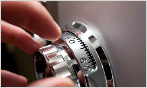 cerrajero manipulando dial de caja fuerte
