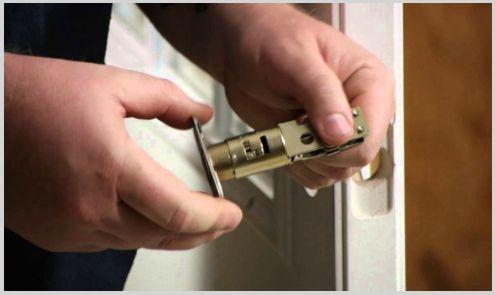 cerrajero instalando cerradura