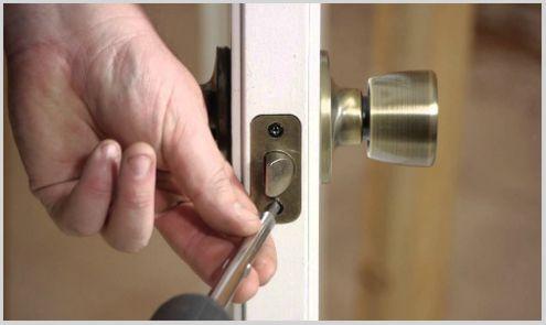 cerrajero cala del moral instalando cerradura en puerta de paso