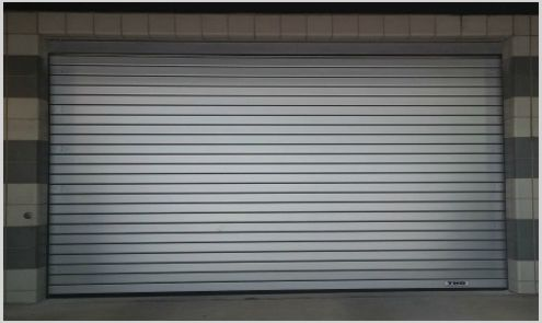persiana metálica en puerta de garaje