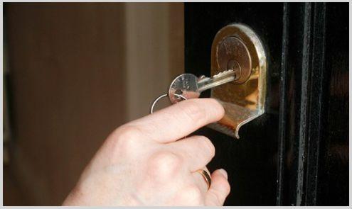 cerrajero manipulando cerradura