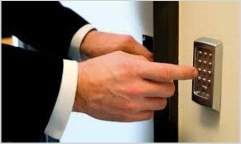 cerrajero marbella abriendo cerradura electronica