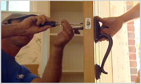 cerrajero marbella instalando cerradura