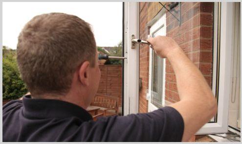 cerrajero nerja instalando cerradura en puerta de metal
