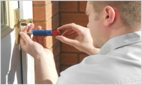 locksmith instaling door lock