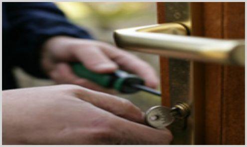 locksmith installing door lock